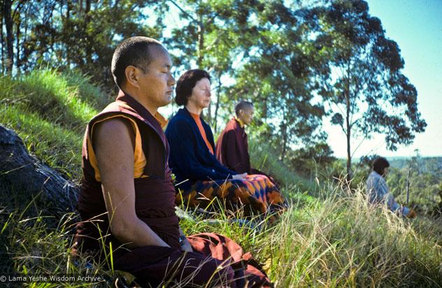 Лама Еше, лама Сопа Ринпоче медитируют вместе с учениками. Институт Ченрезига, Австралия, 25 мая 1975 г. Фото: Уэнди Финстера.